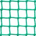 Siatki Bydgoszcz - Siatka z małym oczkiem na boisko Niejednokrotnie ogrodzenie boiska wymaga użycia drobnej siatki, która zapewni ochronę trybun, a także posłuży jako warstwa wychwytująca nawet bardzo małego rozmiaru piłki. Do takich zadań służy siatka o niewielkich oczkach wielkości 2 x 2 cm i grubości sznurka z polipropylenu 2 mm. Jest to produkt niezastapiony w przypadku boisk, na których odbywają się rozgrywki, z użyciem przedmiotów o niewielkich wymiarach. Siatka jest również często używana jako zabezpieczenie widzów przed uszkodzeniami od piłek.